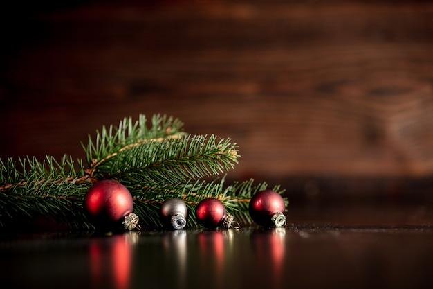 Weihnachtsbaum und flitter auf holztisch