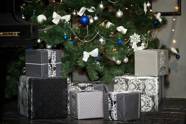 Weihnachtsbaum und geschenkboxen weihnachtsschmuck