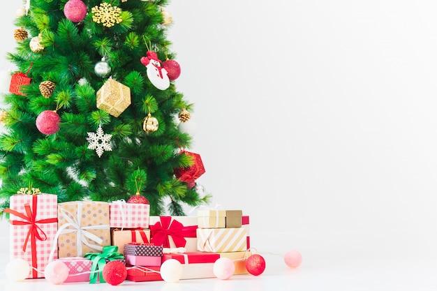 Weihnachtsbaum und guten rutsch ins neue jahr-geschenkboxdekoration im reinraumhintergrund.