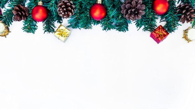 Weihnachtsbaum und hintergrund des neuen jahres auf weißem hintergrund
