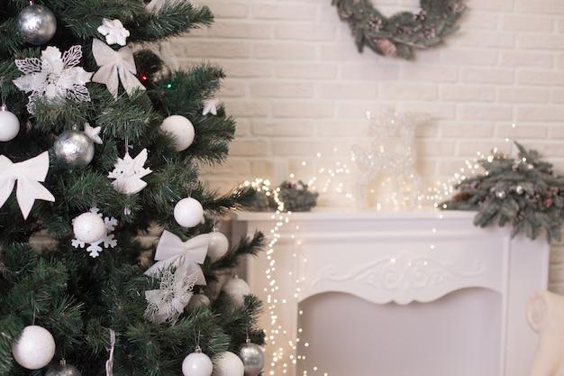 Weihnachtsbaum und kamin mit lichtern und spielzeug