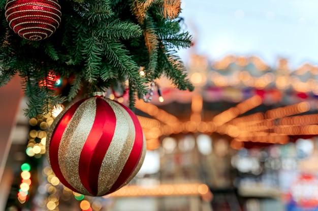 Weihnachtsbaum und karussell mit weihnachtsdekoration