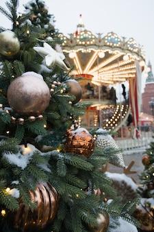 Weihnachtsbaum und karussell