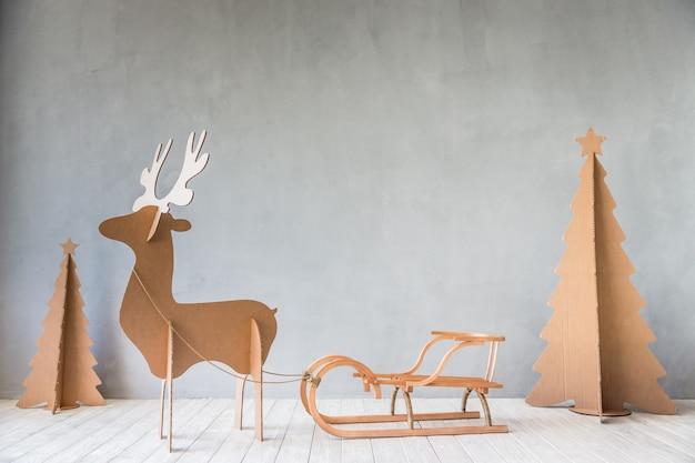 Weihnachtsbaum und rentiere. weihnachts-winter-ferien-konzept