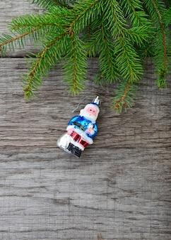 Weihnachtsbaum und santa claws spielzeug auf holz