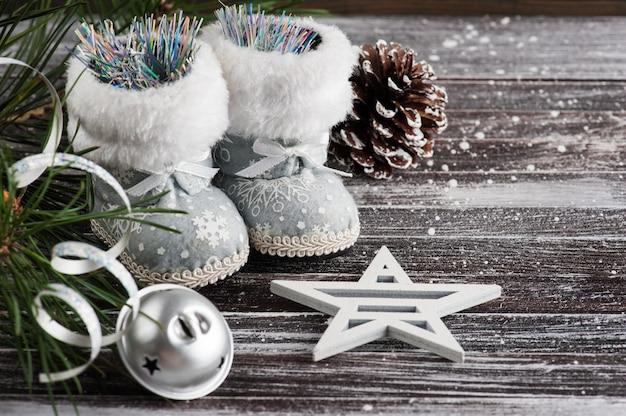 Weihnachtsbaum und silberne stiefel