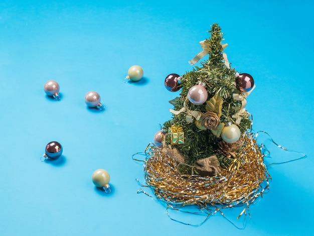 Weihnachtsbaum und verstreute glaskugeln.