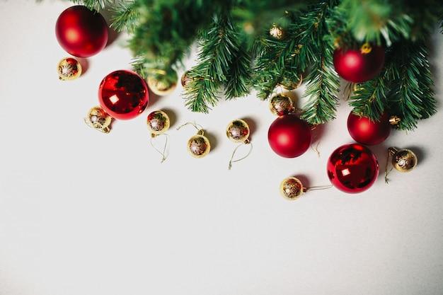 Weihnachtsbaum und verzierungen auf dem weißen hintergrund lokalisiert
