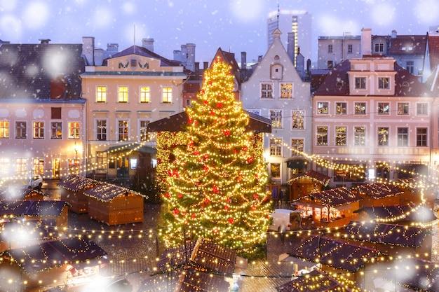 Weihnachtsbaum und weihnachtsmarkt am rathausplatz in tallinn, estland