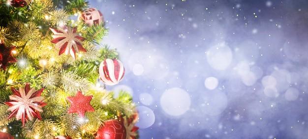 Weihnachtsbaum und weihnachtsschmuck