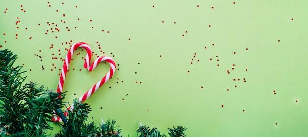 Weihnachtsbaum und zuckerstangen
