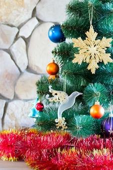 Weihnachtsbaum verziert mit filterstreifen und glänzenden spielwaren