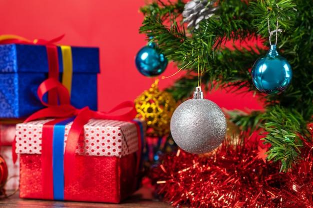 Weihnachtsbaum verziert mit hellen weihnachtsbällen