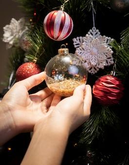 Weihnachtsbaum verziert mit kugeln