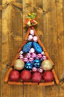 Weihnachtsbaum von weihnachtsspielzeug auf holztischnahaufnahme