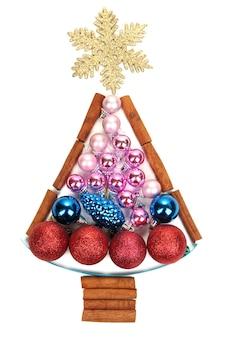Weihnachtsbaum von weihnachtsspielzeug isoliert auf weiß