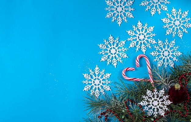 Weihnachtsbaum, zuckerstangen und schneeflocken