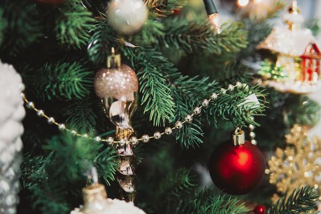 Weihnachtsbaum zweig mit spielzeug