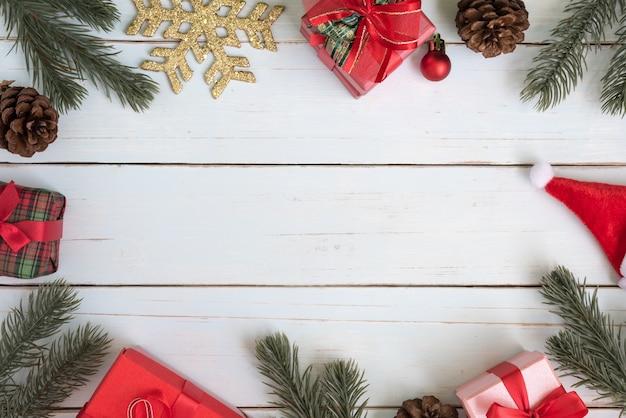 Weihnachtsbaum zweige grenze dekorationen mit geschenk-boxen und ornamente