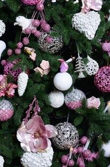 Weihnachtsbaumabschluß oben verzieren. dekorationsbirne, tannenbaum, rosa weihnachtsspielwaren und lichter. verwenden sie für weihnachten und silvester feier