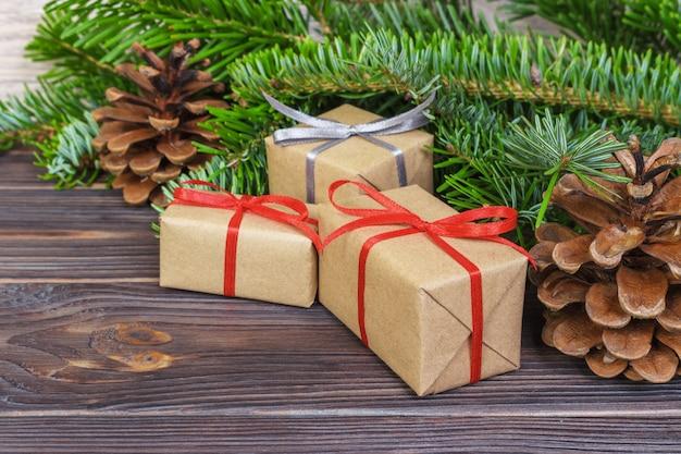 Weihnachtsbaumast, dekorationen und geschenkbox