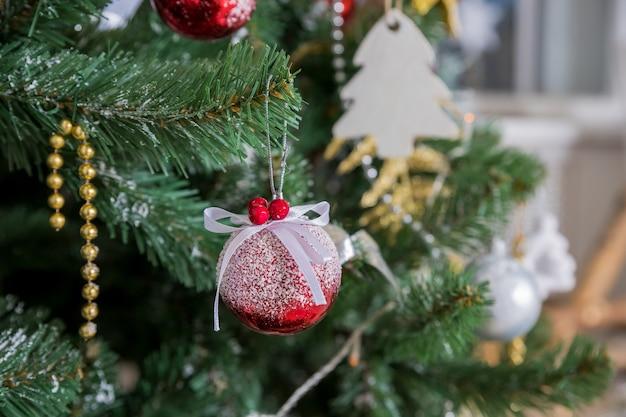 Weihnachtsbaumast mit bunten bällen