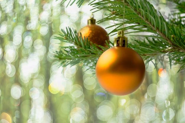Weihnachtsbaumast mit goldenen bällen