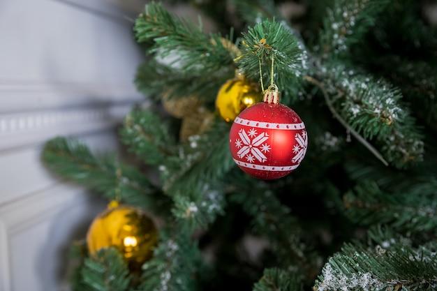 Weihnachtsbaumast mit rot und goldkugeln