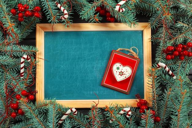 Weihnachtsbaumast mit tafel gestaltetem hintergrund
