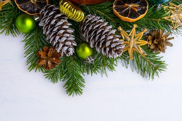 Weihnachtsbaumaste, getrocknete orangen und tannen- und kiefernkegel