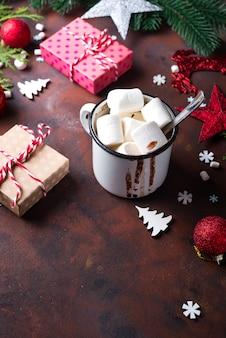 Weihnachtsbaumaste mit Weihnachtsspielwaren