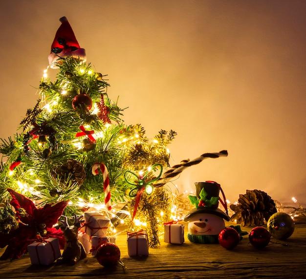 Weihnachtsbaumdekoration auf der hölzernen tabelle