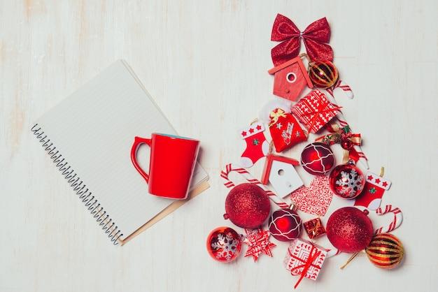Weihnachtsbaumdekoration mit kopienraum auf weißem hölzernem hintergrund