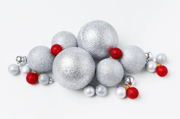 Weihnachtsbaumflitter lokalisiert auf weißem hintergrund
