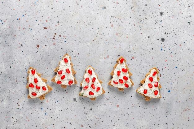 Weihnachtsbaumförmige snacks.