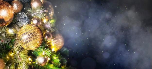 Weihnachtsbaumhintergrund und weihnachtsdekorationen.