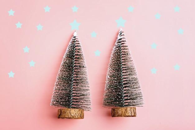 Weihnachtsbaumschnee auf pastellrosahintergrund. minimales ferienkonzept. neues jahr einfach co