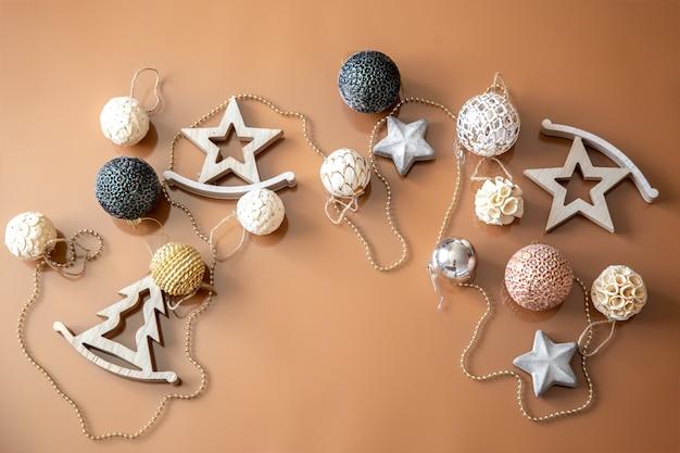 Weihnachtsbaumspielzeug und dekorative holzfiguren, flach gelegt.