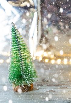 Weihnachtsbaumspielzeug und festliches hintergrundkonzept der weißen schneeflocke des neuen jahres