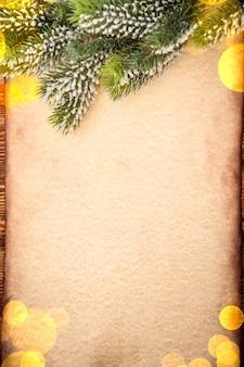 Weihnachtsbaumverzierung auf vintage-papierkartenleerer. weihnachtsferienkonzept