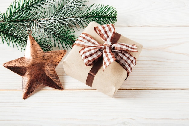 Weihnachtsbaumzweig mit weihnachtsstern und geschenkbox