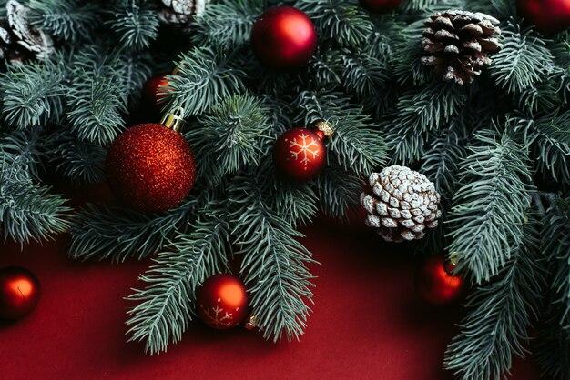 Weihnachtsbaumzweige mit ornamenten