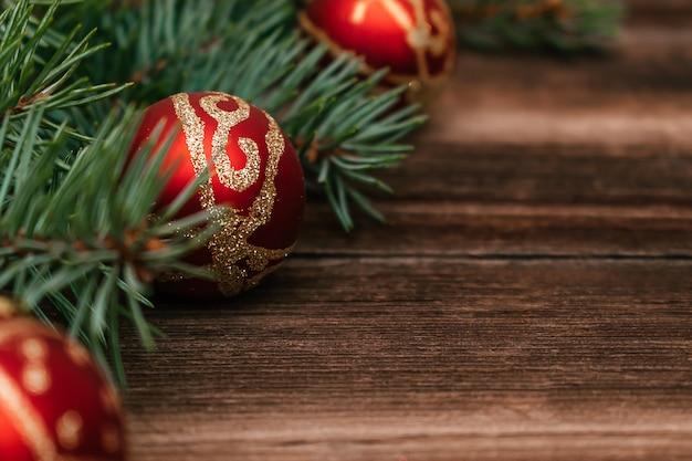 Weihnachtsbaumzweige schließen mit kugeln.