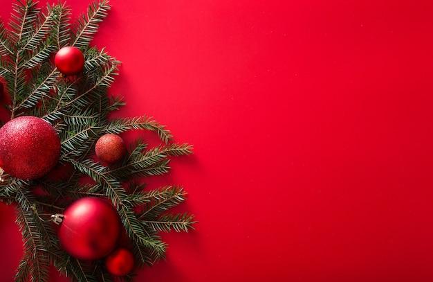 Weihnachtsbaumzweige und rote spielzeugkugeln des neuen jahres
