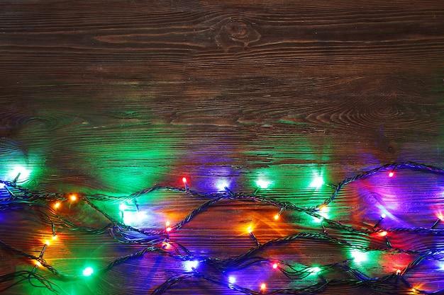 Weihnachtsbeleuchtung auf holzuntergrund