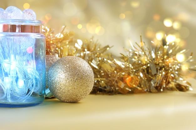 Weihnachtsbeleuchtung im glas auf goldenem bokeh beleuchtet hintergrund