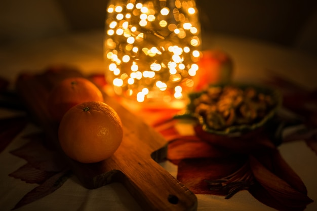Weihnachtsbeleuchtung. weihnachtslichtdekorationen auf der tischdecke ende des abends.