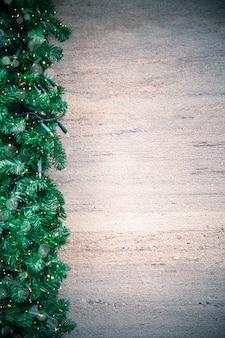 Weihnachtsbeleuchtungsrahmen auf holzoberfläche
