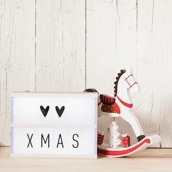 Weihnachtsbeschriftung in einem leuchtkasten und einem leeren raum