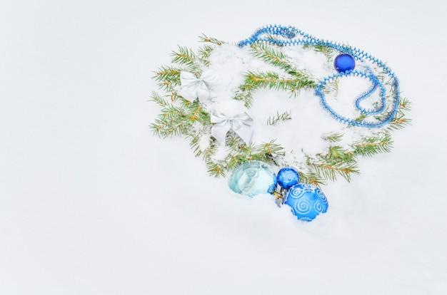 Weihnachtsblaue dekorationen auf weißem schnee